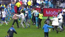 CĐV  Zenit lao xuống sân đánh cầu thủ Dinamo Moskva -