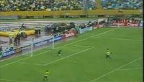 Đệm bóng đi ra ngoài khung thành trống của Ecuador  -