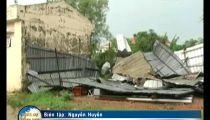Clip: Mưa gió mạnh làm sập, tốc mái hơn 30 căn nhà -